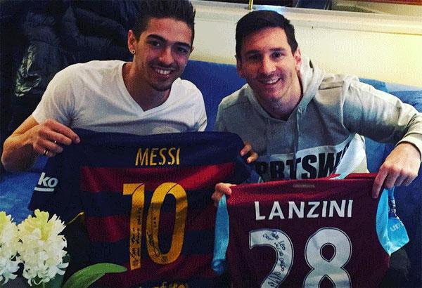 Messi đổi áo với đàn em Lanzini đang khoác áo West Ham.