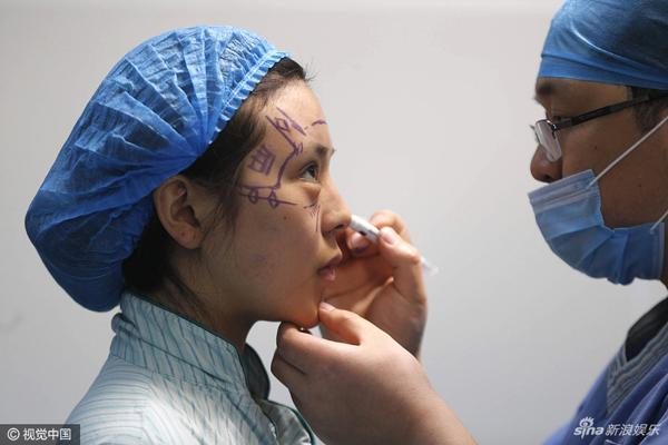 Năm 2007, Bai Yu quyết định phẫu thuật thẩm mỹ để cải thiện nhan sắc. Cô cầm một tấm ảnh của Phạm Băng Băng tới bệnh viện và yêu cầu bác sĩ phẫu thuật cho mình giống như vậy.