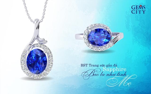 Màu xanh của biển khơi như được thu nhỏ trong viên đá sapphire lấp lánh, phản chiếu tình yêu thương đong đầy và tấm lòng bao dung, chở che của mẹ dành cho con.