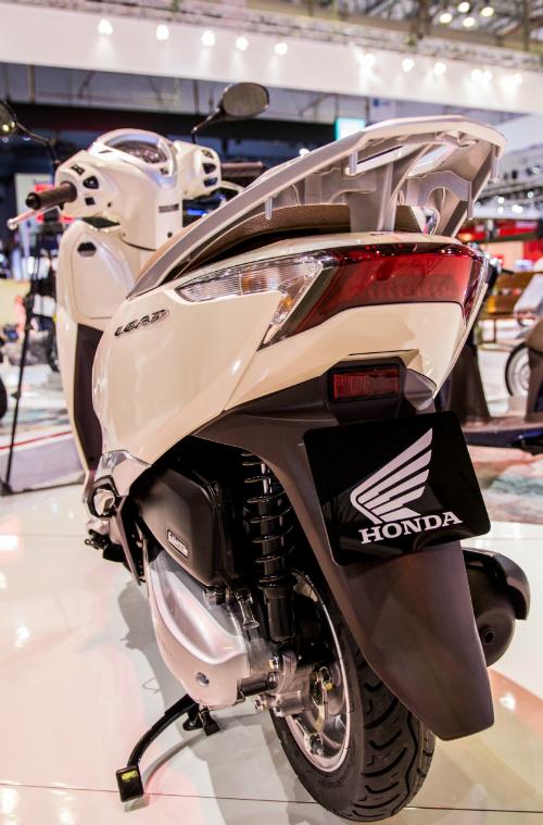 Phiên bản Lead 125cc mới cótiết kiệm nhiên liệu hơn 2,4% so với phiên bản cũ, nhờ tối ưu hóa đặc tính biến tốc và thời điểm đánh lửa.
