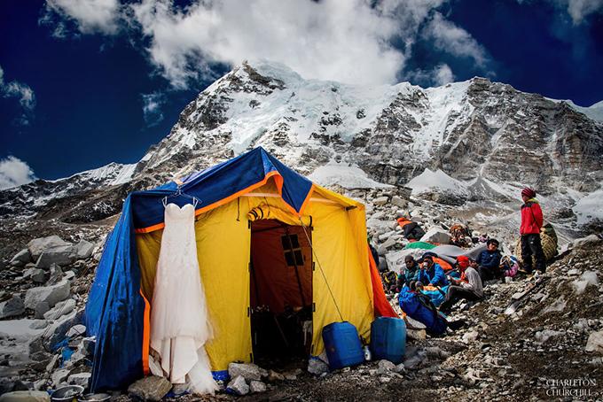 Nằm giữa biên giới Tây Tạng và Nepal, Everest là đỉnh núi cao nhất thế giới.