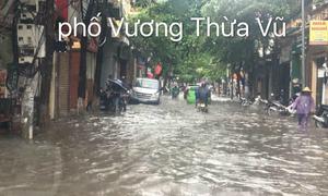 Các tuyến phố Hà Nội 'thất thủ' sau cơn mưa ngắn