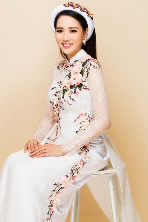 Bên cạnh sắc đỏ truyền thống, áo dài màu trắng được các cô dâu lựa chọn nhiều trong ngày cưới. Bộ áo dài lụa trắng mang vẻ đẹp thanh lịch, trang nhã, tôn lên đường cong cơ thể.