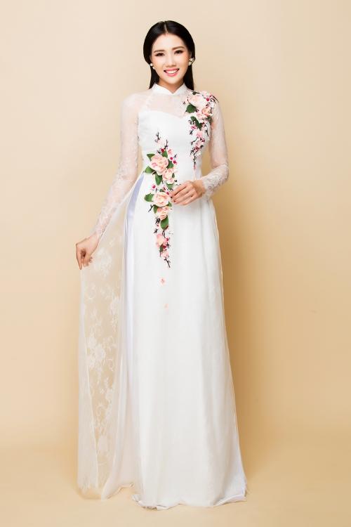 Họa tiết hoa dạng trải dài dọc theo tà áo và uốn cong ở eo khiến cô dâu trong thon gọn, thanh thoát hơn.