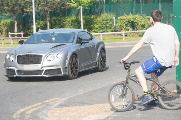Raheem Sterling mua siêu xe Bentley giống ông thầy Guardiola từ tháng 11 năm ngoái.