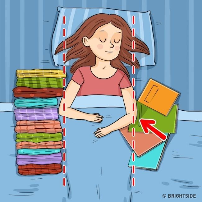 Đặt gối hay các vật dụng mềm dọc hai bên thân để hạn chế việc nằm nghiêng