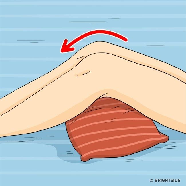 Đặt một chiếc gối ở dưới đầu gối giúp đẩy nhanh quá trình lưu thông máu, nhờ đó hạn chế nếp nhăn xuất hiện.