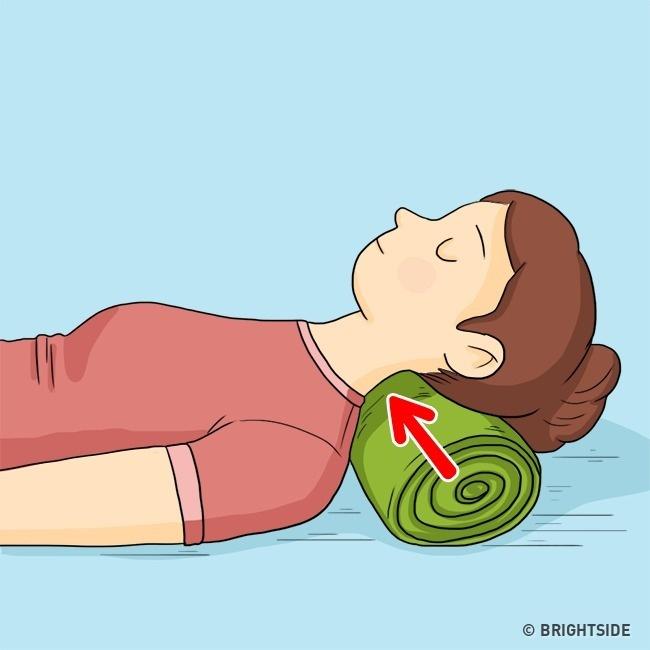 Cuộn tròn một chiếc khăn mỏng, đặt ở dưới gáy giúp hạn chế nếp nhăn vùng cổ.