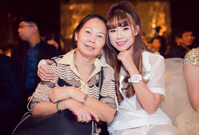 nhung-sao-viet-thuong-xuyen-duoc-me-thap-tung-di-dien-7