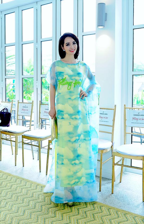 Mai Thu Huyền dịu dàng với thiết kế váy dáng dài xẻ tà.