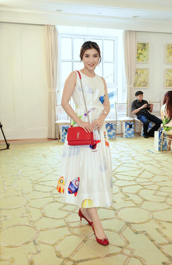 Tiêu Châu Như Quỳnh trẻ trung với thiết kế váy dáng xoè, sát nách hợp mốt ngày hè.