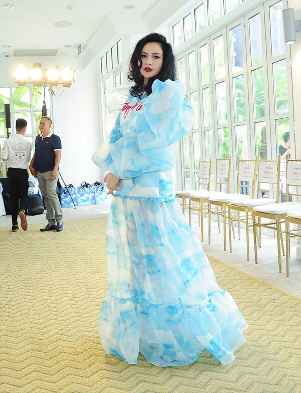 Thiết kế váy bồng bềnh nhưng không kém phần gợi cảm là trang phục dành riêng cho diva Thanh Lam tại show diễn của hai nhà thiết kế Vũ Ngọc và Son.