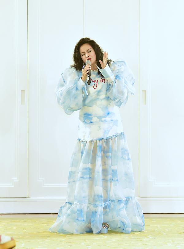 Thanh Lam mang đến phút mở màn cho show diễn đầy ấn tượng bởi giọng ca giàu nội lực, chứa chan cảm xúc qua hai ca khúc Gọi anh và Mây trắng bay về.
