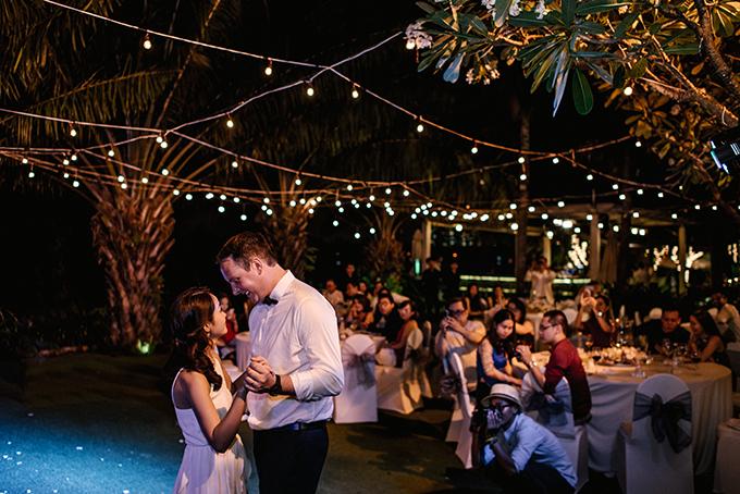 Đôi uyên ương cùng sánh bước trong điệu nhảy đầu tiên.Trong các đám cưới phương Tây, điệu nhảy đầu tiên trong tiệc cưới (từ nguyên gốc là First dance) là giây phút thiêng liêng, đáng trân trọng không kém gì khoảnh khắc trao nhẫn hay nụ hôn đầu tiên của đôi uyên ương trẻ.