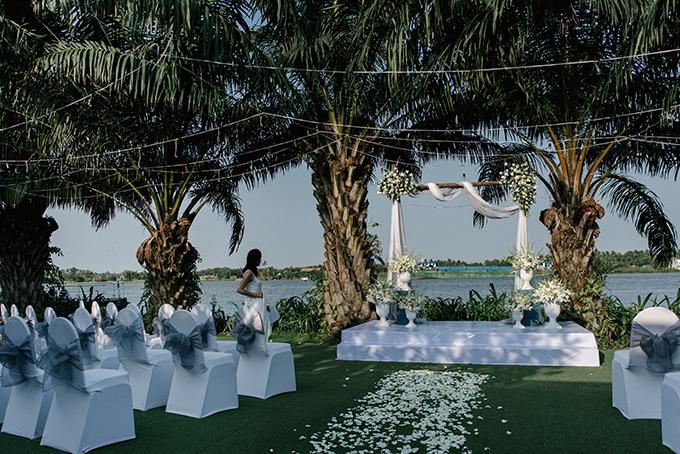 Đám cưới của đôi uyên ương diễn ra tại một nhà hàng nằm ở bên sông Sài Gòn. Vì tiệc cưới phương Tây khác văn hoá truyền thống Việt Nam nên anh chị tổ chức 2 tiệc khác nhau. Tiệc nhà gái theo phong cách truyền thống, tiệc thành phố theo phong cách phương Tây.