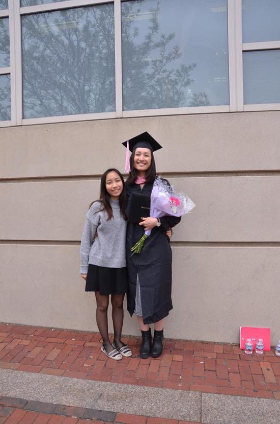 Trong ngày tốt nghiệp, Anna rất hạnh phúc vì có bố mẹ và em gái Mỹ Anh bay sang Mỹ chúc mừng.