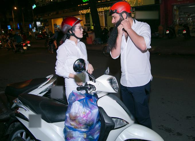emily-hong-nhung-lai-xe-may-cho-dao-dien-phim-kong-di-phat-com-tu-thien-2