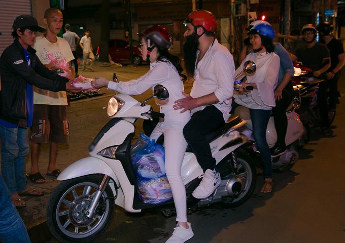 emily-hong-nhung-lai-xe-may-cho-dao-dien-phim-kong-di-phat-com-tu-thien-3