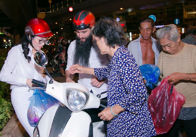 emily-hong-nhung-lai-xe-may-cho-dao-dien-phim-kong-di-phat-com-tu-thien-5