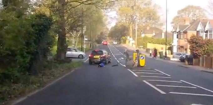 be-trai-thoat-chet-than-ky-sau-cu-phong-xe-scooter-lao-thang-vao-oto