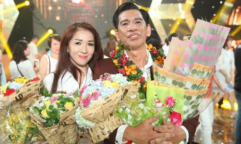 Vợ xinh đẹp mừng 'vua phòng trà' Đức Minh đăng quang 'Tình Bolero hoan ca'