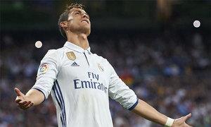 Chỉ hơn 500 CĐV đến cổ vũ C. Ronaldo và đồng đội đăng quang