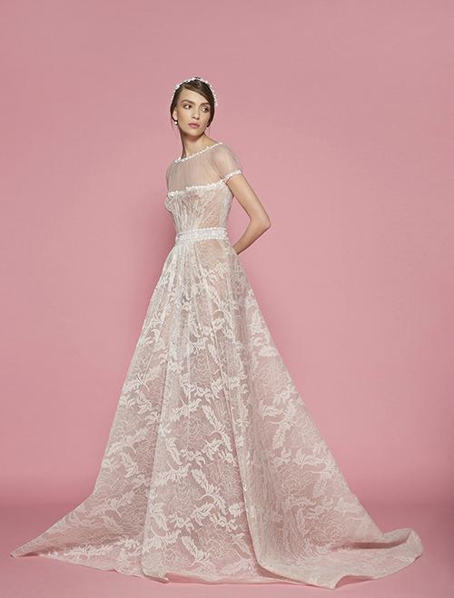 Điểm đặc trưng của các mẫu váy cưới do nhà thiết kế Lebanon sáng tạo là sự cầu kỳ, tinh xảo trong mọi chi tiết trang trí. Ren, voan, lụa, kim sa và hàng loạt các chất liệu tạo nên váy cưới đều được ông lựa chọn từ những loại cao cấp nhất.