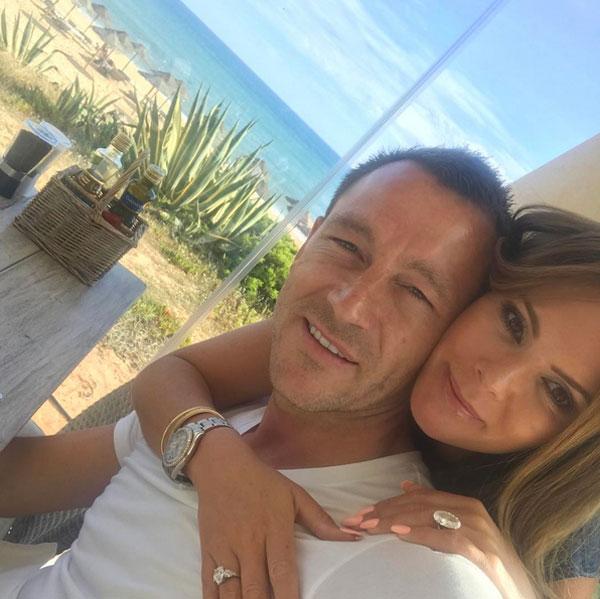 Vợ chồng Terry tận hưởng biển xanh, cát trắng sau trận đấu với Watford.