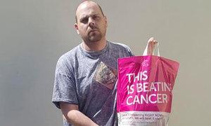 Ông bố bị chê ẻo lả vì xách túi hồng đi siêu thị
