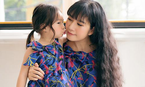 Vợ và con gái Lý Hải diện đồ đôi