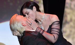 'Bond girl' Monica Bellucci gây sốc với màn cưỡng hôn tại LHP Cannes