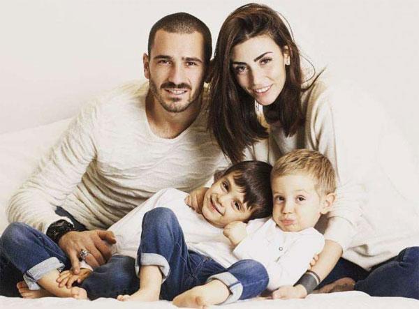 Vợ chồng hậu vệ Bonucci và hai thiên thần nhỏ.