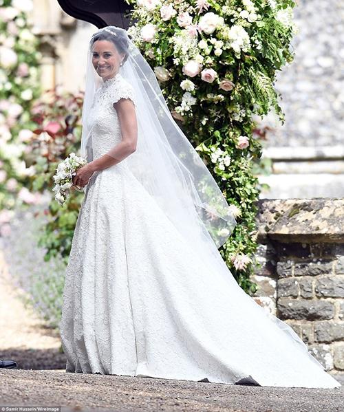 [Caption]chiếc váy cưới trị giá 10.000 bảng Anh được cho là của nhà thiết kế nổi tiếng Giles Deacon cũng đã được mang đến nhà riêng của Pippa và James Matthews tại London. Phần tóc tai của cô dâu Pippa sẽ do Amanda Cook Tucker, nhà tạo mẫu tóc Hoàng gia của Công nương Kate Middleton đảm nhận.