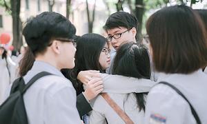 Học sinh lớp 12 Chu Văn An bịn rịn trong lễ ra trường
