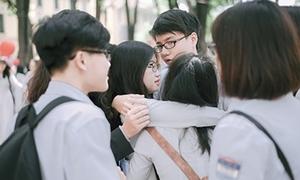 Teen Chu Văn An ôm nhau khóc trong lễ ra trường