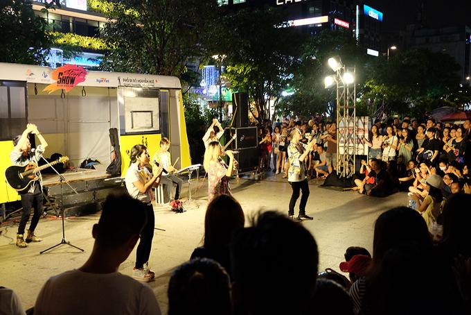 Biểu diễn nghệ thuật giữa phố đi bộ Sài Gòn dịp cuối tuần