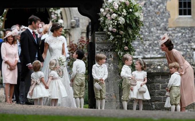 phụ trách việc dẫn dàn phù dâu nhí bước vào lễ đường.