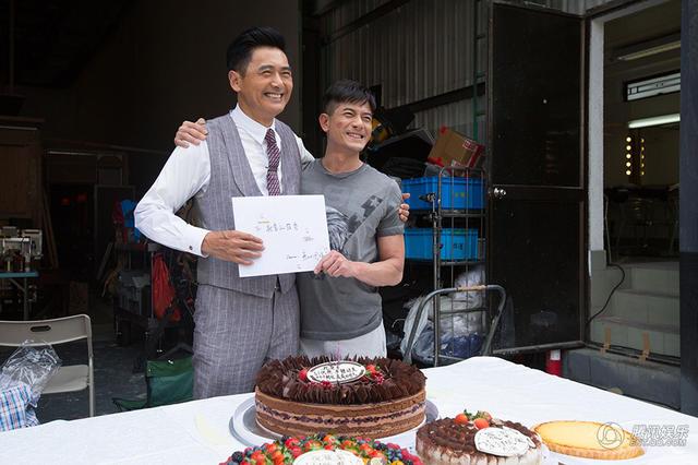 Đoàn phim chúc mừng sinh nhật Châu gia.