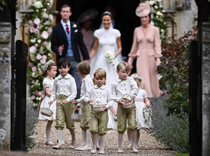 hoàng tử nhí George và công chúa nhỏ Charlotte cũng có mặt trong đội phù dâu này.