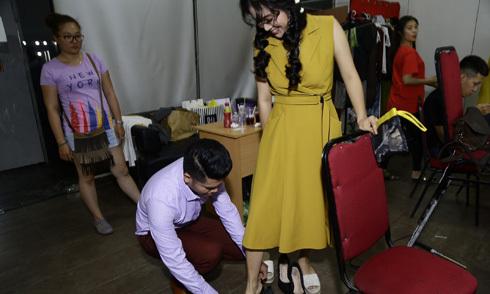 Người yêu cúi xuống giúp Lê Phương mang giầy