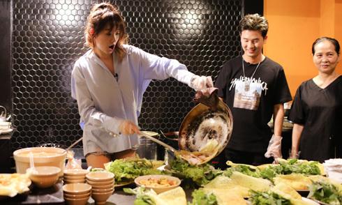 Hari Won trổ tài đổ bánh xèo trước rapper Hàn Quốc