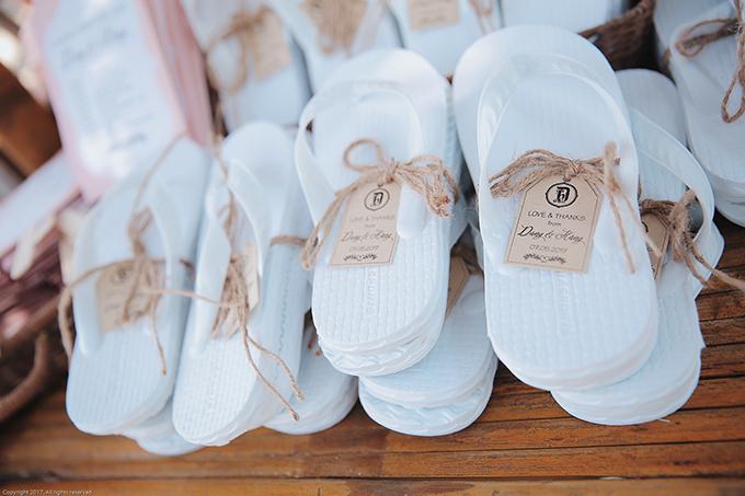 Wedding planner cùng hai nhân vật chính đã chuẩn bị cho mỗi vị khách một đôi dép tông trắng đi ở biển cùng quạt giấy handmade