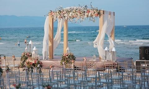 Trang trí đám cưới ở biển với tone hồng pastel