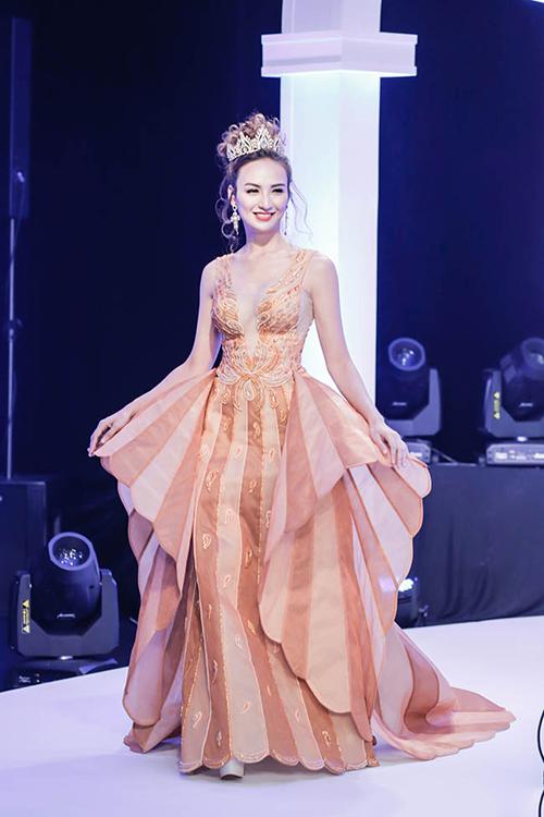 Tối qua, Ngọc Diễm xuất hiện trong một bộ sưu tập áo cưới với vai trò vedett. Việc này khá bất ngờ đối với nhiều người, bởi sau khi đăng quang Hoa hậu du lịch Việt Nam 2008, Ngọc Diễm không theo nghề mẫu