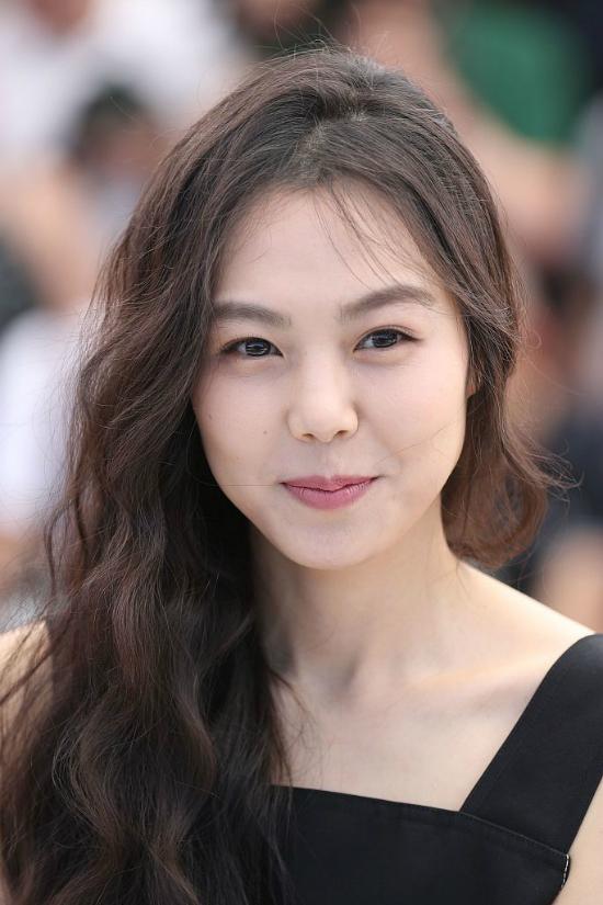 kim-min-hee-sanh-vai-nguoi-tinh-o-cannes-bat-chap-scandal-cuop-chong