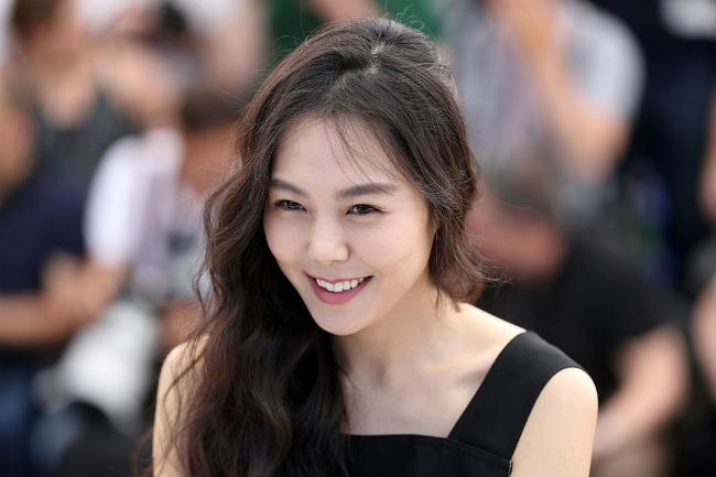 kim-min-hee-sanh-vai-nguoi-tinh-o-cannes-bat-chap-scandal-cuop-chong-2