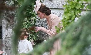 Công nương Kate trách mắng con trai đến phát khóc trong đám cưới em gái