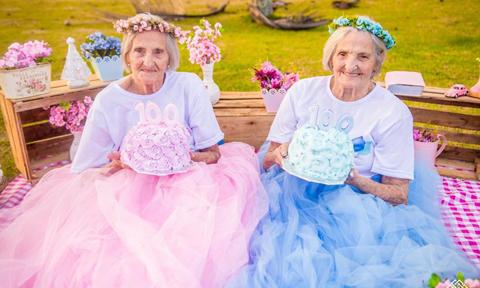 Bộ ảnh sinh nhật tuổi 100 độc đáo của hai cụ bà sinh đôi