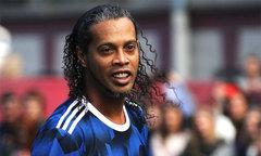 Ronaldinho lộ dấu vết tuổi tác với râu tóc muối tiêu