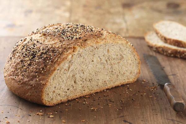 Lượng fiber trong bánh mỳ nâu giúp cơ thể no lâu hơn, giúp săn chắc bắp thịt và giảm cân. Có thể sử dụng bánh mỳ nâu như món ăn vặt an toàn nếu như bạn đói vào giữa các bữa chính.